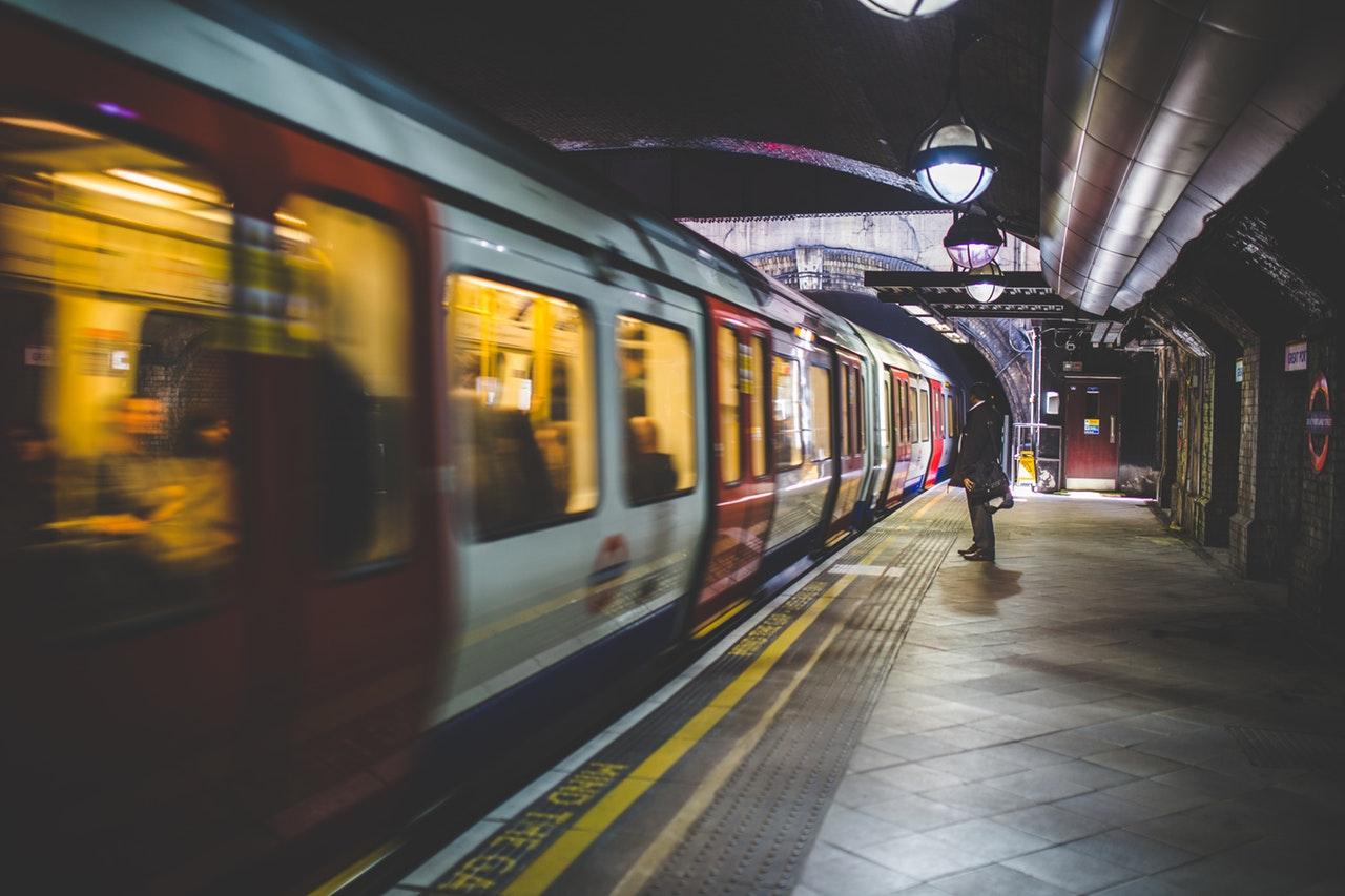 commuter-commuting-late-34164